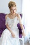 Mooi leuk zoet jong meisje in een licht kledings mooi boudoir met de heldere ogen van make-upsmokey met een mooie hairsty avond stock afbeelding