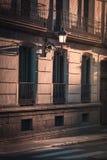 Mooi licht bij zonsondergang in de straat van Madrid, Spanje stock afbeeldingen
