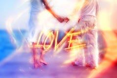 Mooi liefdepaar op een pier door het overzees royalty-vrije illustratie