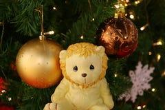 Mooi Lion Doll en de Fonkelende Kerstboom die met Vele Mooie Ornamenten verfraaien Stock Foto