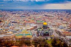 Mooi luchtmeningslandschap van de Kathedraal van Heilige Isaac ` s het omringen van gebouwen van de stad van St. Petersburg stock foto