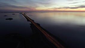 Mooi luchtpanorama van brug en rivier in recente avond in de zomer stock videobeelden