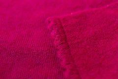 Mooi, luxueus, de manchetten van de gebreide sweater in rood royalty-vrije stock afbeeldingen