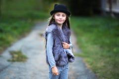 Mooi maniermeisje in zwart hoed en bontvest royalty-vrije stock fotografie