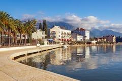 Mooi Mediterraan landschap op zonnige de winterdag Montenegro, dijk van Tivat-stad royalty-vrije stock fotografie