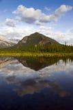 Mooi Meer in Banff Nationaal Park, Canada royalty-vrije stock afbeeldingen