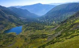 Mooi meer in de bergen van Siberië Stock Afbeeldingen