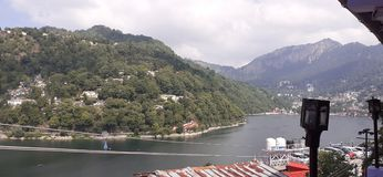 Mooi meer dichtbij bergen Paradise in India royalty-vrije stock afbeelding