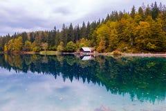 Mooi meer, Fusine-bergmeer in de herfst en Mangart-berg op de achtergrond in de noordelijke alpen van Italië royalty-vrije stock foto
