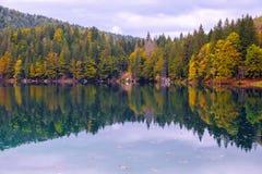 Mooi meer, Fusine-bergmeer in de herfst en Mangart-berg op de achtergrond in de noordelijke alpen van Italië stock afbeelding