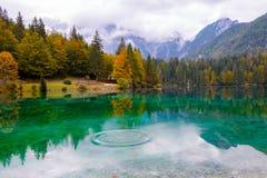 Mooi meer, Fusine-bergmeer in de herfst en Mangart-berg op de achtergrond in de noordelijke alpen van Italië stock afbeeldingen