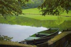 Mooi meer met boot stock afbeeldingen