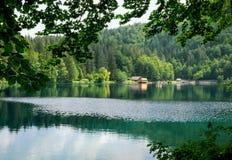 Mooi meer met een diepe turkooise kleur stock afbeeldingen