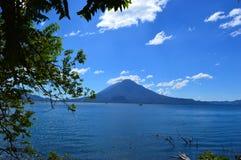 Mooi meer van Atitlà ¡ n royalty-vrije stock foto's