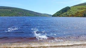 Mooi meer in Wicklow met bergen op achtergrond royalty-vrije stock afbeelding
