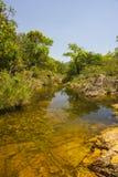 Mooi meer in zonnige die dag door watervallen wordt gevormd - Serra da Cana stock afbeelding