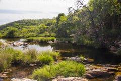 Mooi meer in zonnige die dag door watervallen wordt gevormd - Serra da Cana stock foto