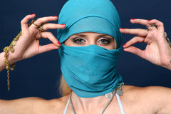 Mooi meisje achter een blauwe sjaal royalty-vrije stock afbeeldingen