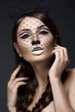 Mooi meisje in beeld van kat met van het kunstsamenstelling en kant oren Het Gezicht van de schoonheid Royalty-vrije Stock Foto's