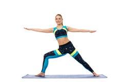 Mooi meisje belast met aerobics op mat Royalty-vrije Stock Afbeelding