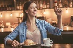 Mooi meisje bij de koffie Royalty-vrije Stock Afbeelding