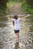 Mooi meisje bij de rivier royalty-vrije stock foto's