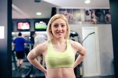 Mooi meisje bij gymnastiek het uitoefenen stock foto's