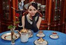 Mooi meisje bij het beeld van Audrey Hepburn Royalty-vrije Stock Foto