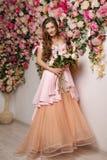 Mooi meisje bij het bloembinnenland Royalty-vrije Stock Foto