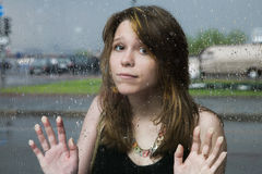 Mooi meisje bij het busstation Stock Foto's