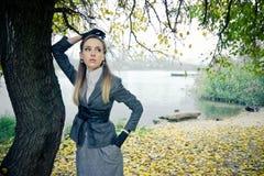 Mooi meisje bij het meer royalty-vrije stock afbeeldingen