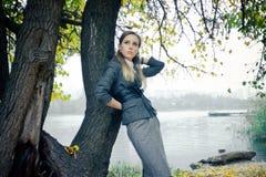 Mooi meisje bij het meer stock afbeeldingen