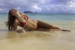Mooi meisje bij het strand Stock Foto