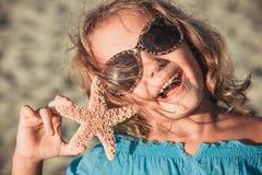 Mooi meisje bij het strand met zeester royalty-vrije stock fotografie