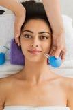 Mooi meisje bij het tot een kom vormen massage in het centrum van kuuroordwellness stock foto