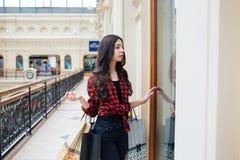 Mooi meisje bij het winkelen in Europa Stock Foto