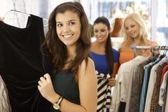 Mooi meisje bij klerenopslag stock foto
