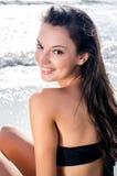 Mooi meisje bij kust het glimlachen stock afbeeldingen