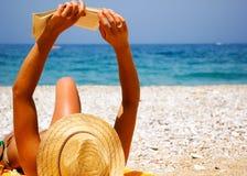 Mooi meisje bij strand Stock Foto's