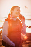 Mooi meisje bij zonsondergang Stock Foto