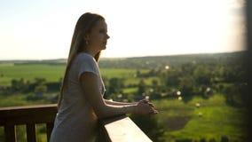 Mooi meisje bij zonsondergang op een de zomeravond stock videobeelden