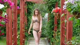 Mooi meisje in bikini stock footage