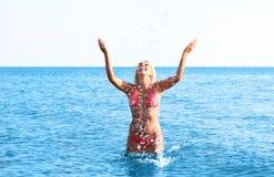 Mooi meisje in bikini het baden in het overzees Stock Afbeeldingen