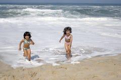 Mooi meisje in bikini in het strand Stock Foto's