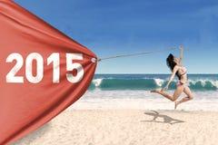 Mooi meisje in bikini met banner nieuw jaar stock afbeeldingen