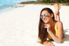 Mooi meisje in bikini op strand stock afbeelding