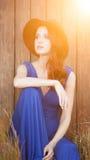 Mooi meisje in blauwe kledingszitting Royalty-vrije Stock Fotografie