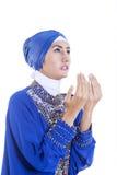 Mooi meisje in blauwe moslimkleding op wit Stock Fotografie