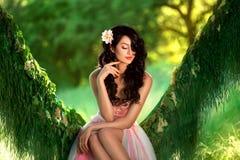 Mooi meisje in bleek - roze kleding stock afbeelding