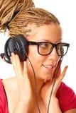 Mooi meisje dat aan de muziek luistert stock foto's